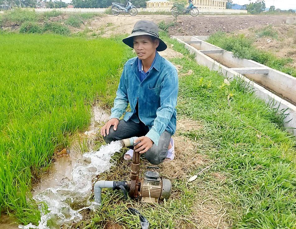 Nông dân xã Duy Vinh (Duy Xuyên) khẩn trương đóng giếng ngay trên ruộng để hút mạch nước ngầm giải cứu những ruộng lúa bị khô hạn nặng trên cánh đồng 19.5. Ảnh: N.S