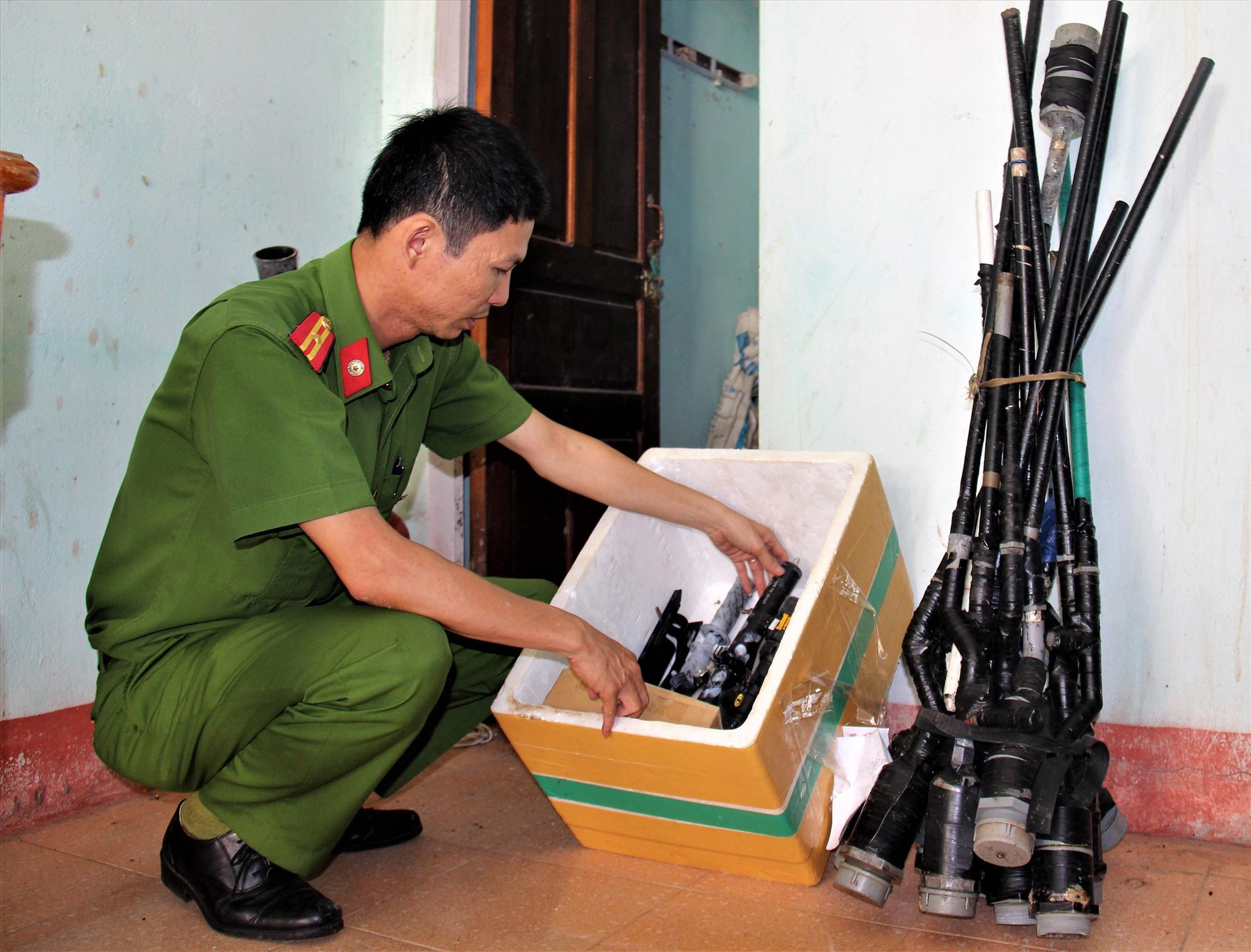 Công an huyện Nam Trà My tăng cường việc vận động người dân giao nộp các loại súng tự chế. Ảnh: THANH THẮNG