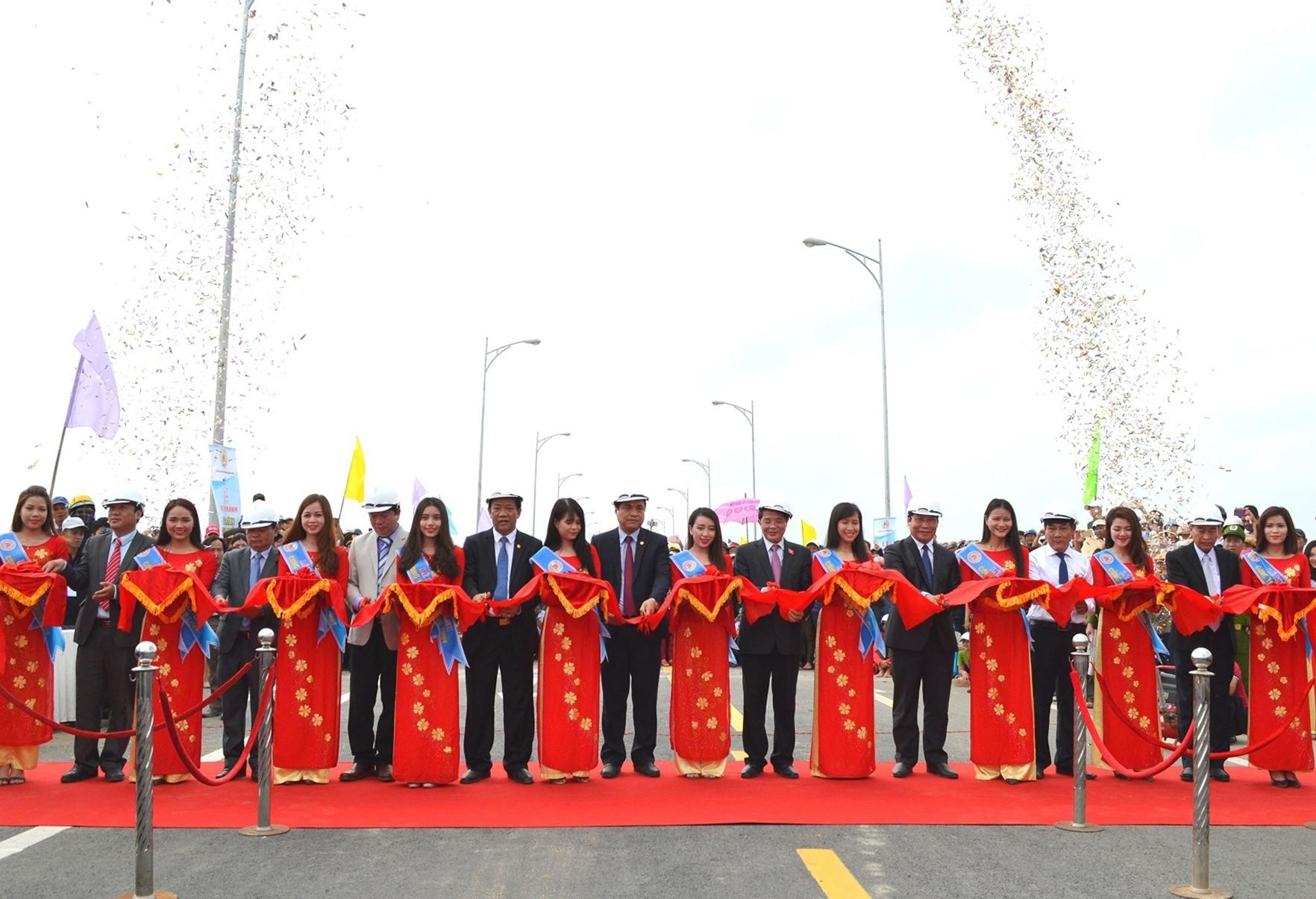 Cắt băng khánh thành cầu Giao Thủy vào ngày 24.3.2017, công trình kết nối liên hoàn quốc lộ 14H (Duy Xuyên, Nông Sơn) với tuyến ĐT609B (Đại Lộc). Ảnh: CT