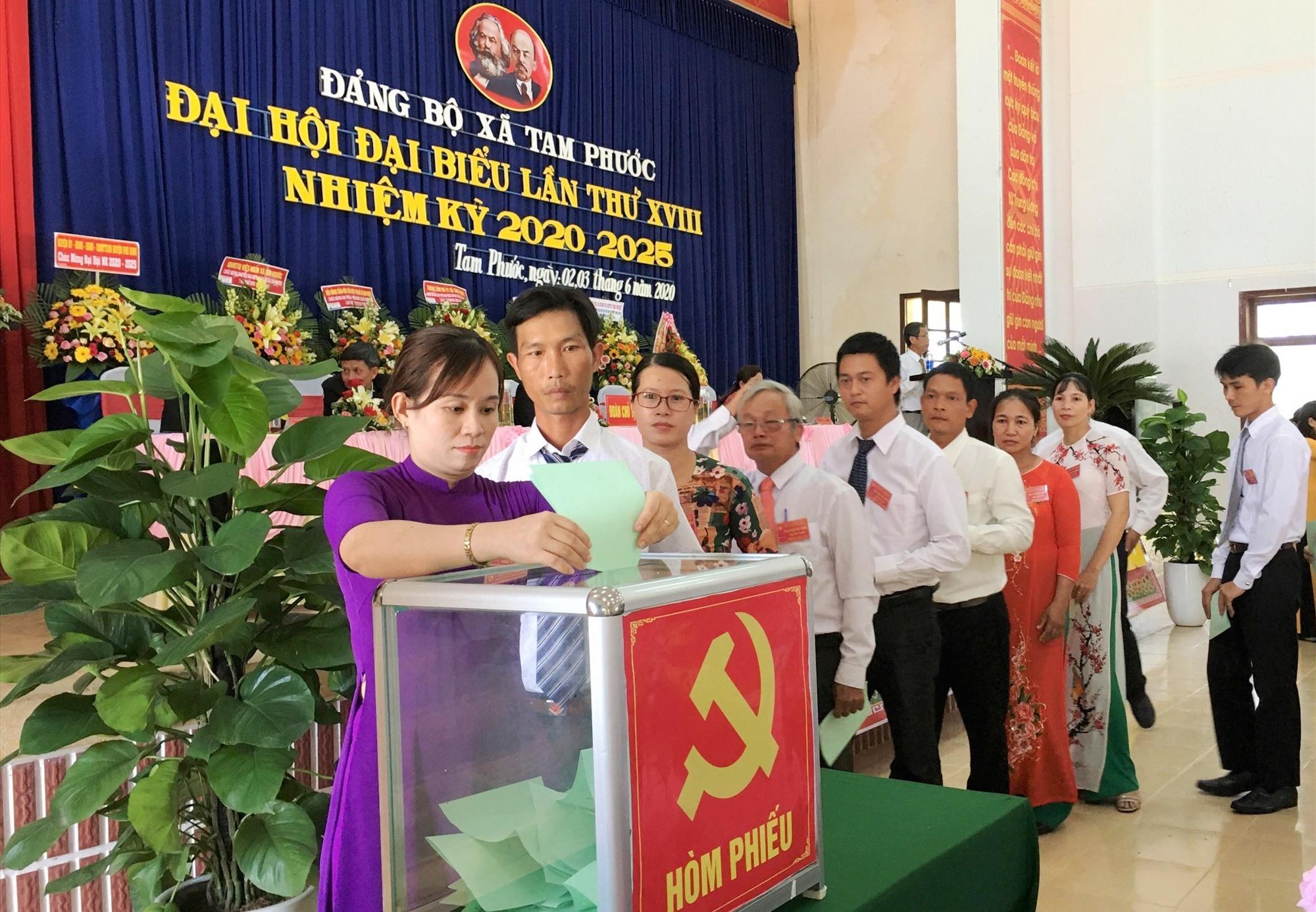 Đại hội tiến hành công tác bầu cử Ban Chấp hành Đảng bộ xã Tam phước khóa XVIII. Ảnh: H.C
