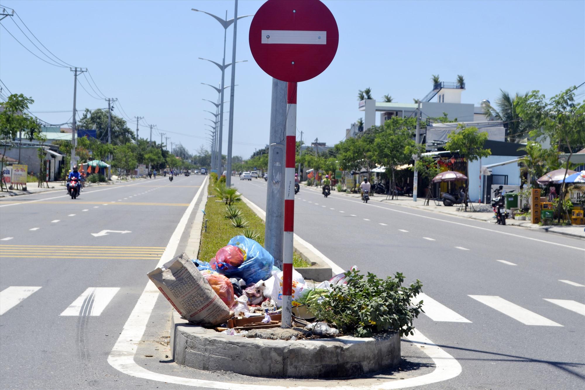 """Dải phân cách đường ĐT607 bị một số người dân phường Điện Nam Đông (Điện Bàn) """"tận dụng"""" làm bồn chứa rác thải. Ảnh: K.K"""