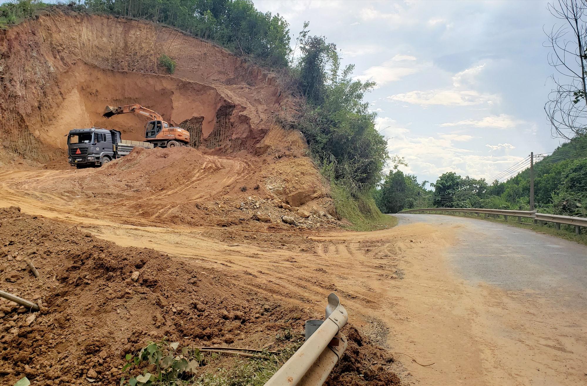 Xe chở đất làm rơi vãi ra QL14G qua Đông Giang gây ảnh hưởng giao thông. Ảnh: THANH THẮNG