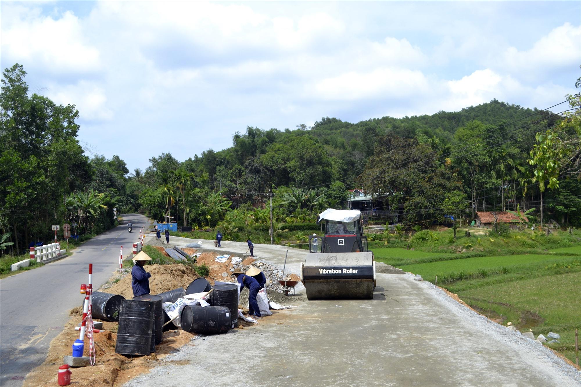 Làm đường dẫn lưu thông tạm thời trong thời gian thi công cầu mới và Đập Màng. Ảnh: C.T