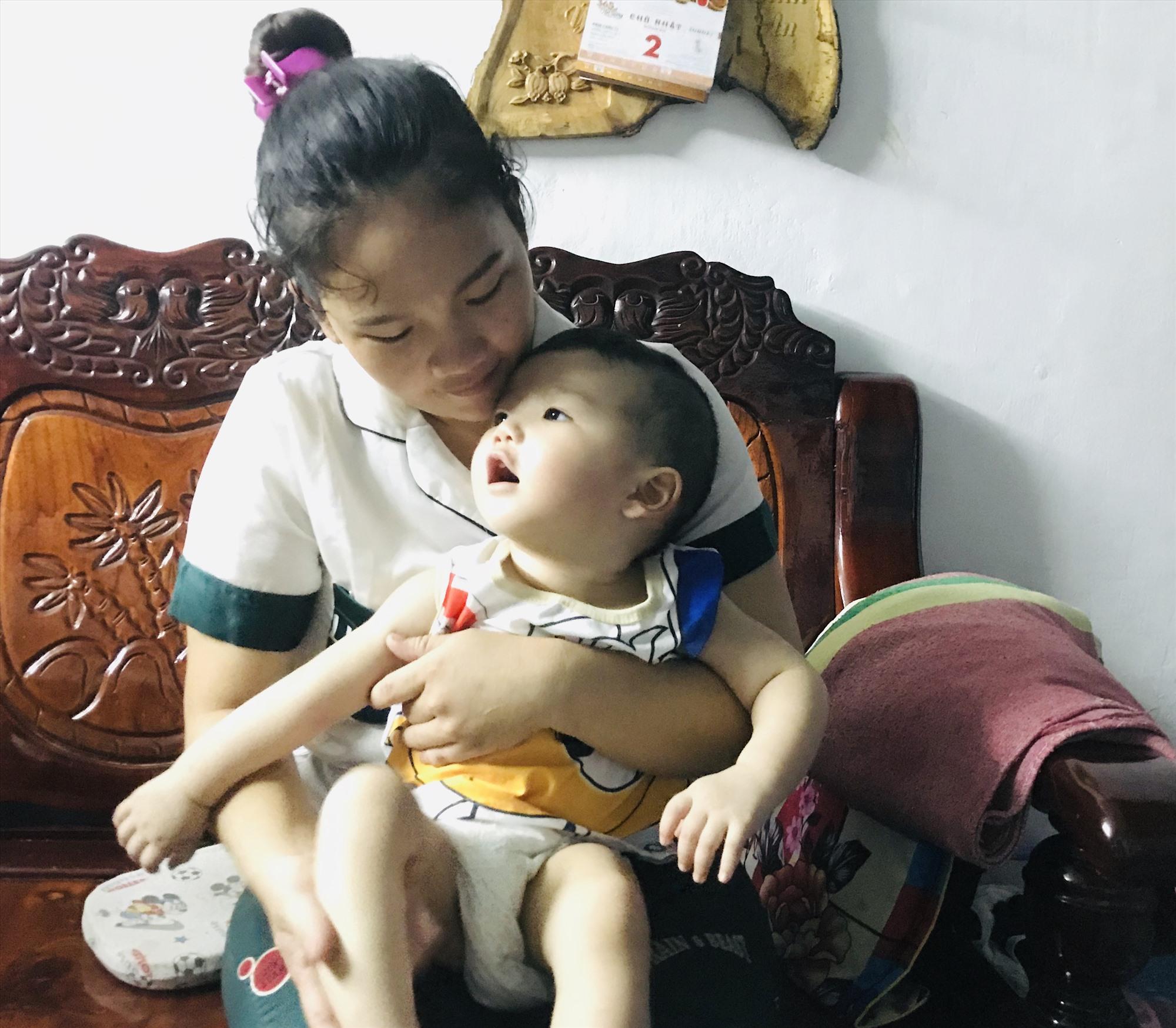 Cháu Huỳnh Anh Kiệt trong vòng tay của mẹ. Ảnh: C.N
