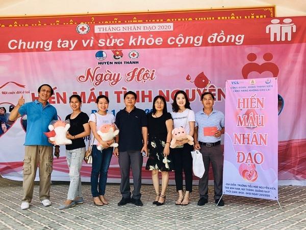 Đoàn viên Công đoàn Chi cục Thuế Núi Thành hiến máu.
