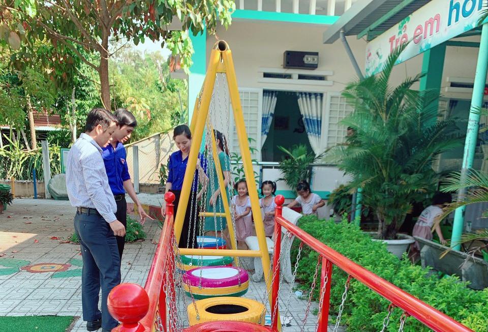 Các cơ sở đoàn TNCS Hồ Chí Minh trên địa bàn trang bị khu vui chơi cho Trường Mẫu giáo Bình Minh (Tam Kỳ). Ảnh: C.N
