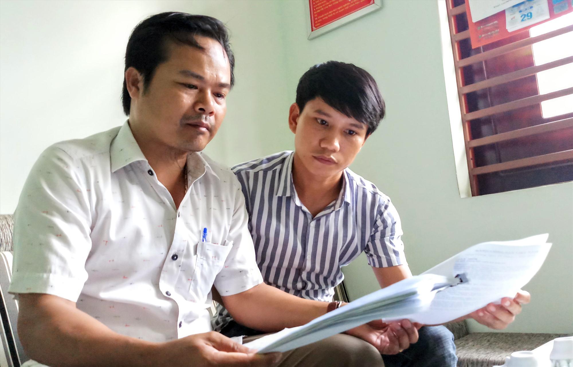 Ông Nguyễn Anh Hùng (bên trái) trình bày sự việc. Ảnh: ALĂNG NGƯỚC