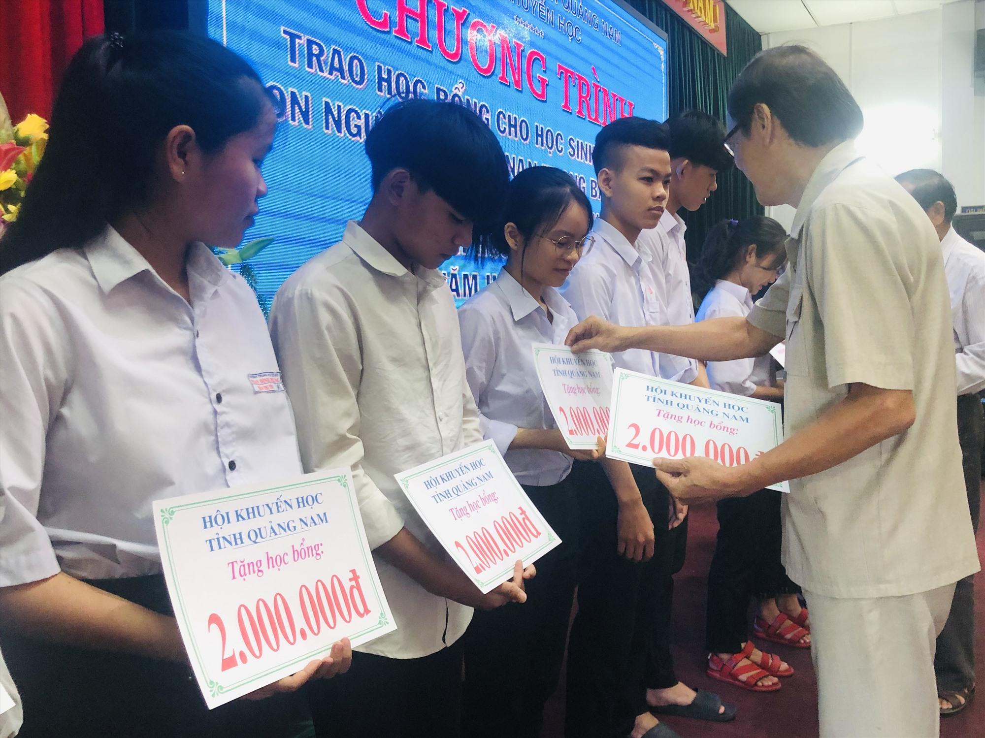 Trao học bổng chanchu cho các em học sinh có hoàn cảnh khó khăn. Ảnh: Hải Sương