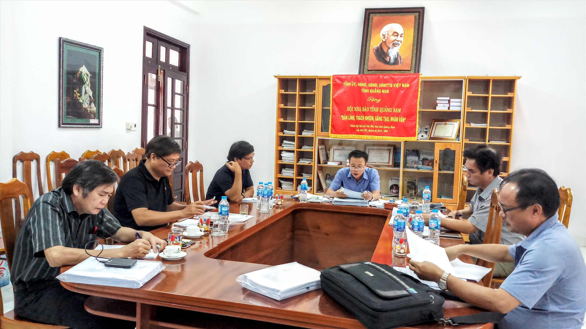 Ban giám khảo Giải báo chí Huỳnh Thúc Khâng lần thứ XIV hội ý việc chấm chọn các tác phẩm dự thi. Ảnh: A.N