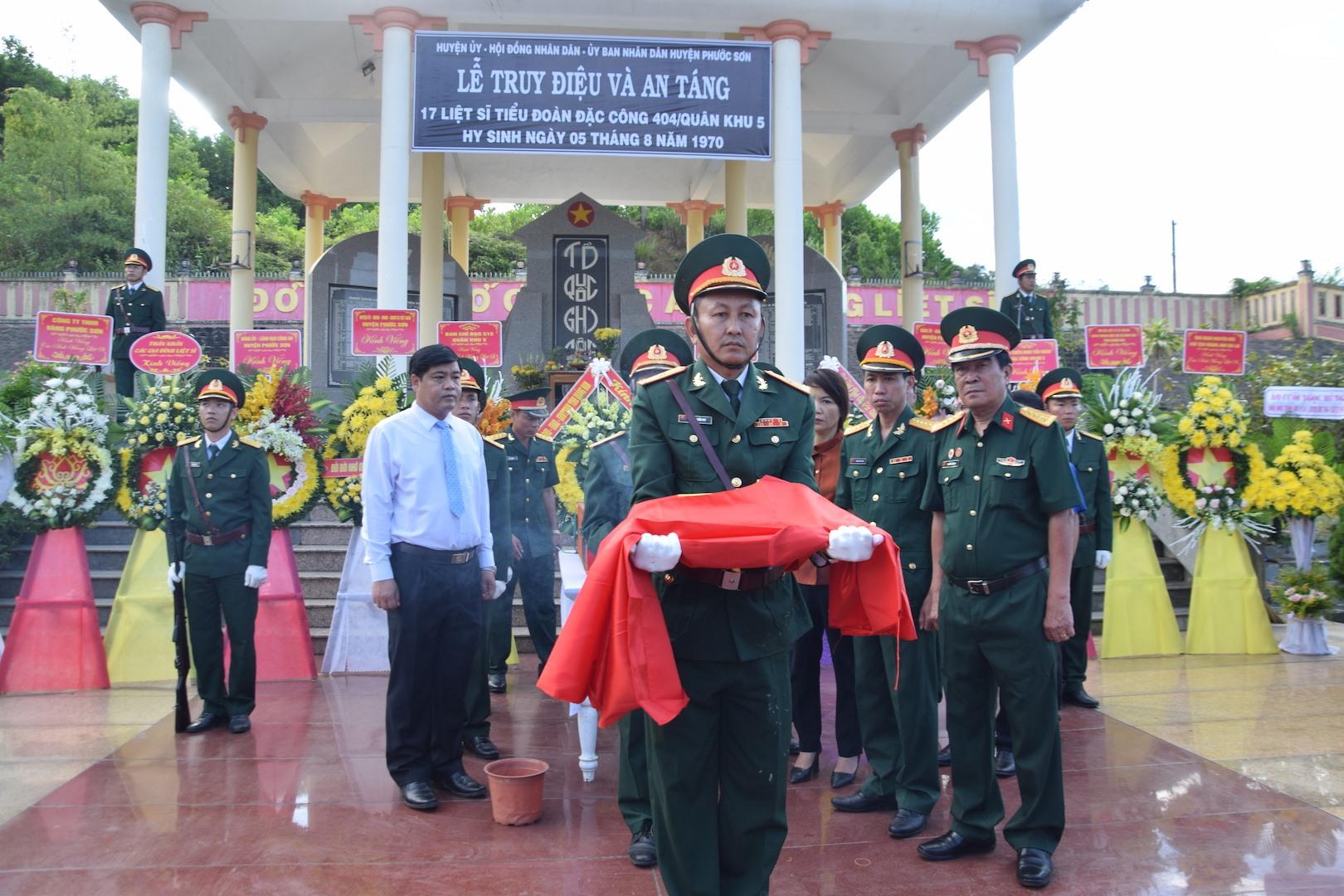 Lễ truy điệu và an táng 17 liệt sĩ ở Quảng Nam. Ảnh : HỒNG ANH