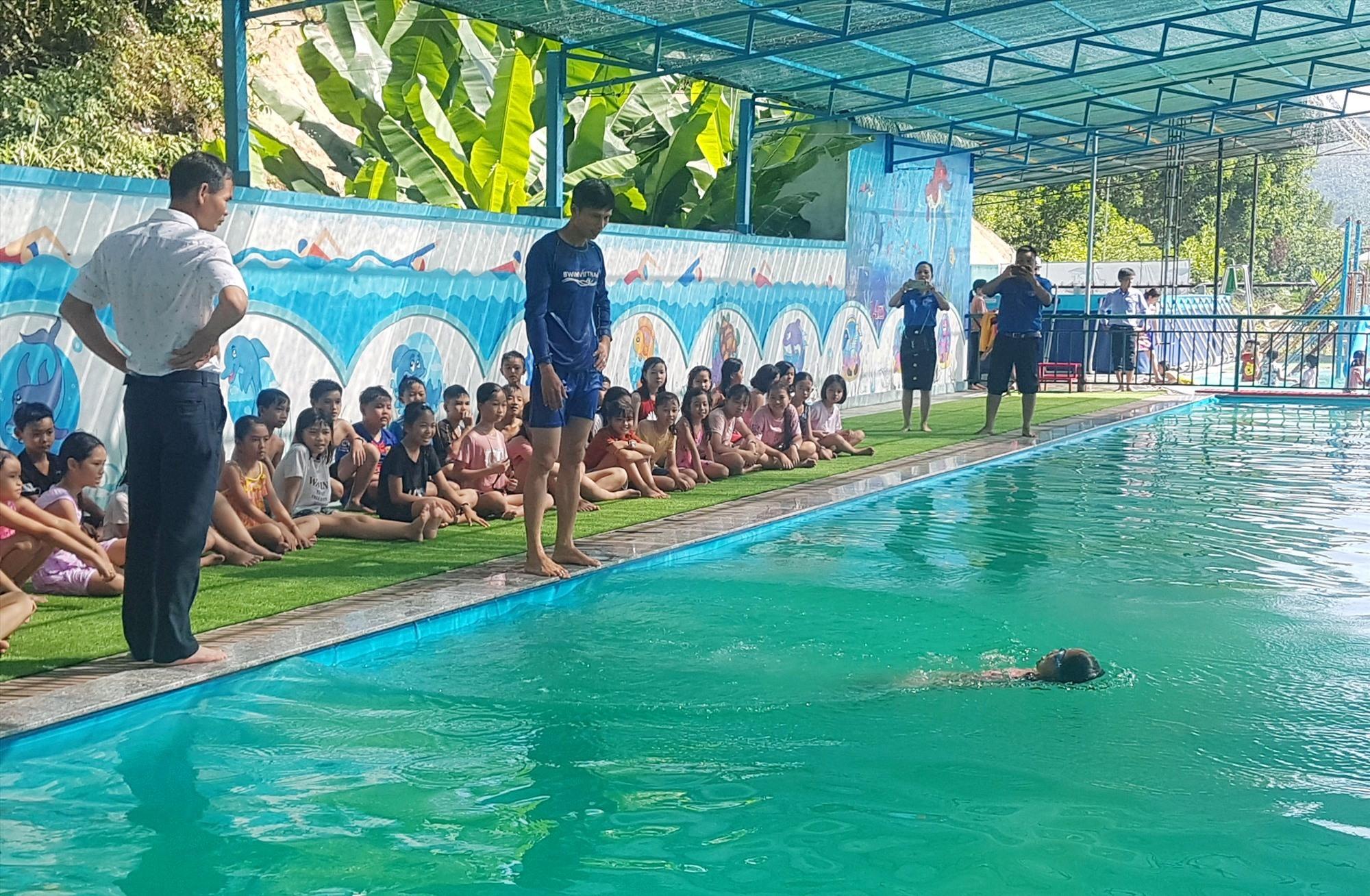 Giáo viên hướng dẫn kỹ năng dưới nước cho học sinh. Ảnh: D.L
