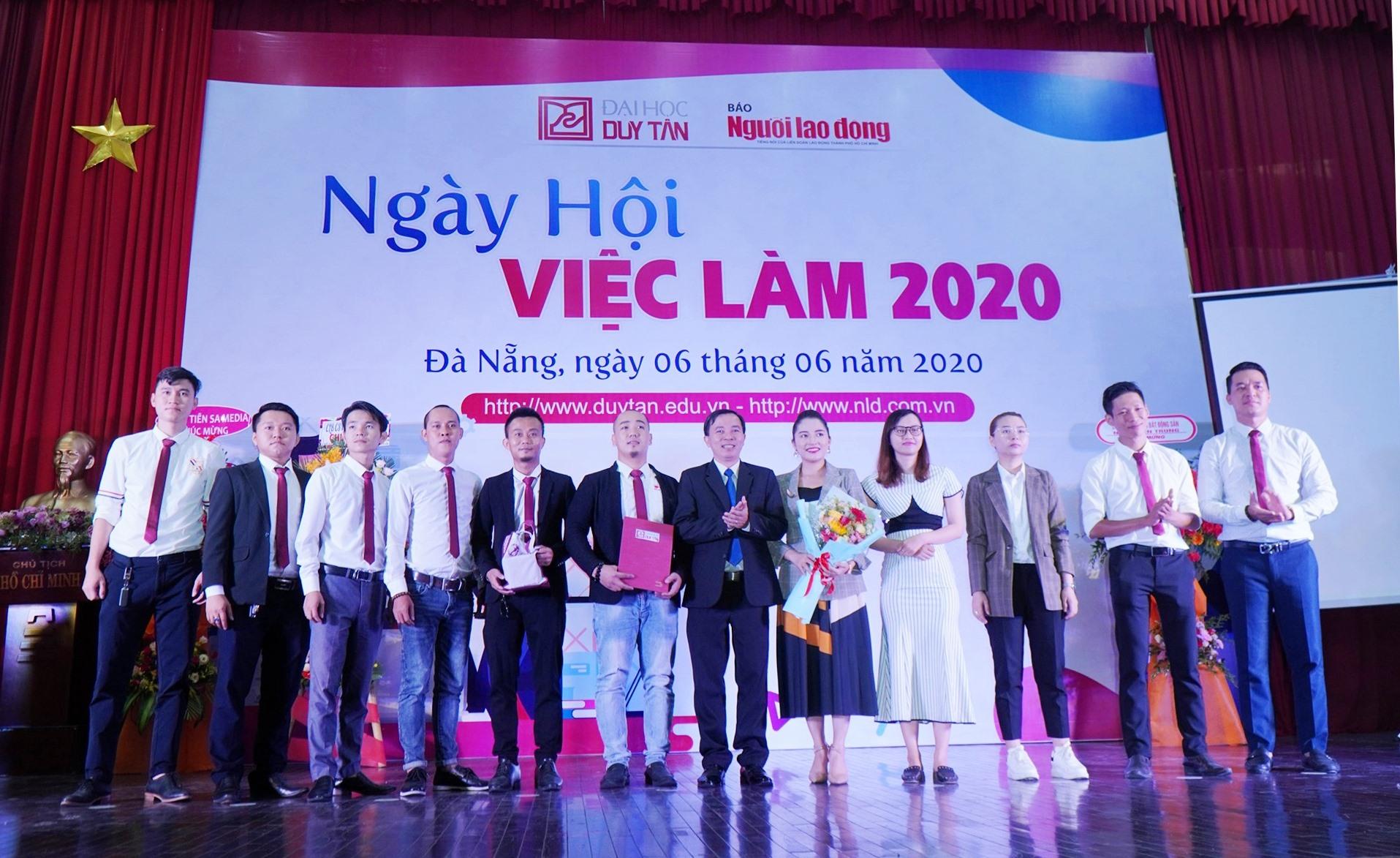 Ra mắt Câu lạc bộ Doanh nhân cựu sinh viên DTU tại NHVL 2020. Ảnh NĐ