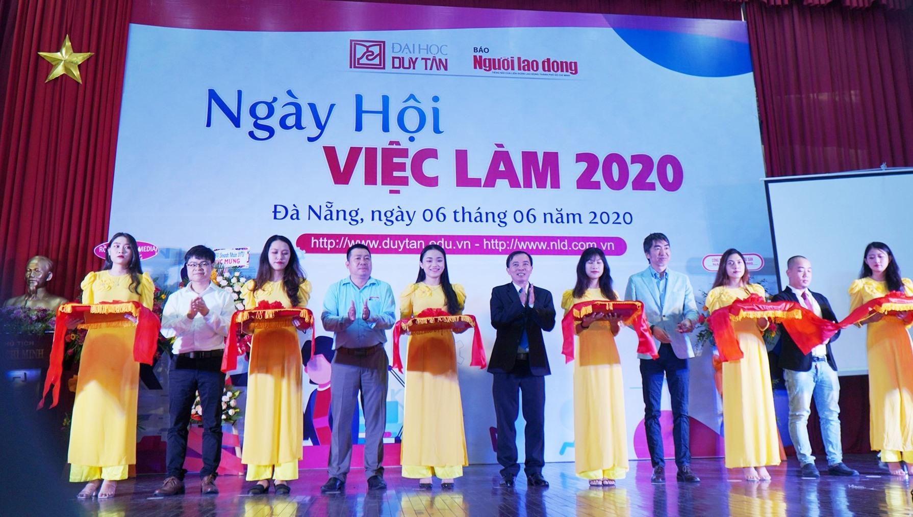 Lãnh đạo Trường ĐH Duy Tân, Báo người Lao động và đại diện Doanh nghiệp cắt băng khai mạc Ngày hội việc làm sinh viên DTU. Ảnh NĐ