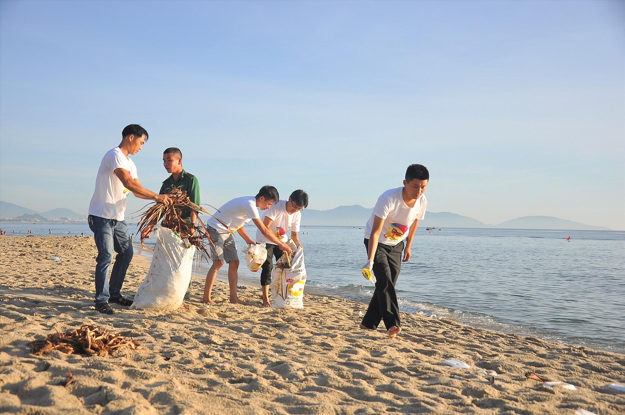 Bãi biển Thống Nhất (phường Điện Dương) trở nên sạch sẽ hơn sau khi các bạn trẻ tổ chức ra quân dọn vệ sinh. Ảnh: VINH ANH