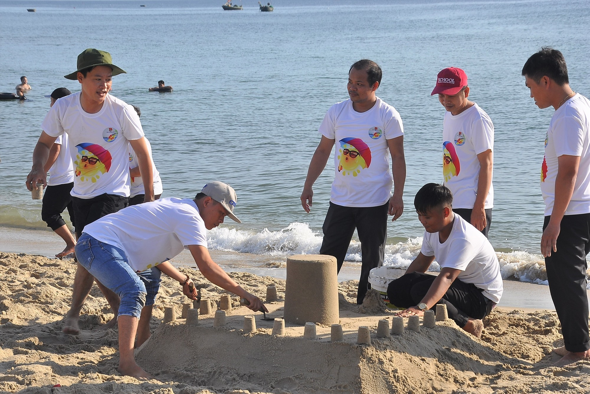 Các cụm cơ sở đoàn tham gia phần thi xây thành trì trên cát về chủ đề biển đảo. Ảnh: VINH ANH