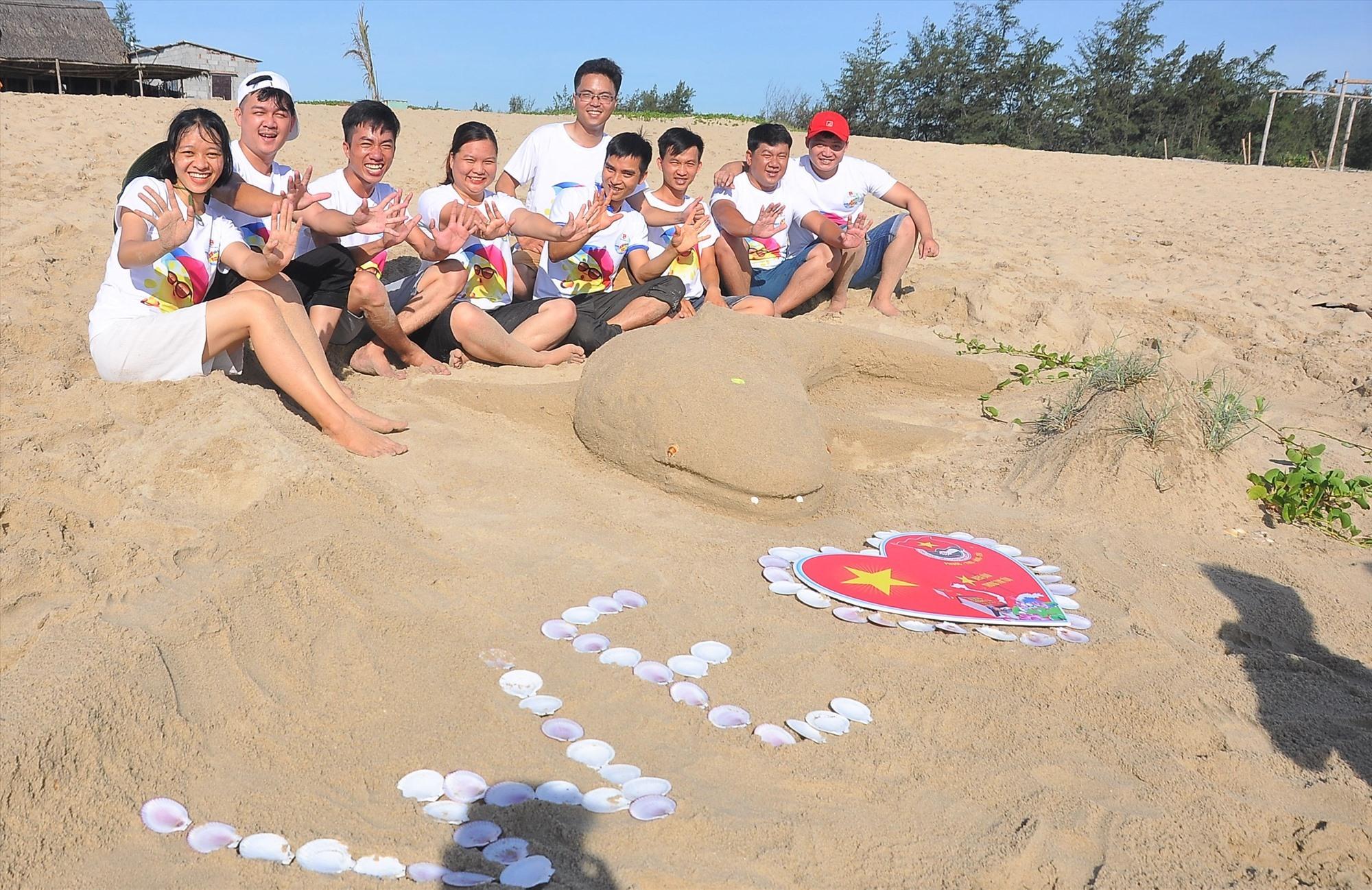 Một sản phẩm của các bạn trẻ trong phần thi xây thành trì trên cát. Ảnh: VINH ANH