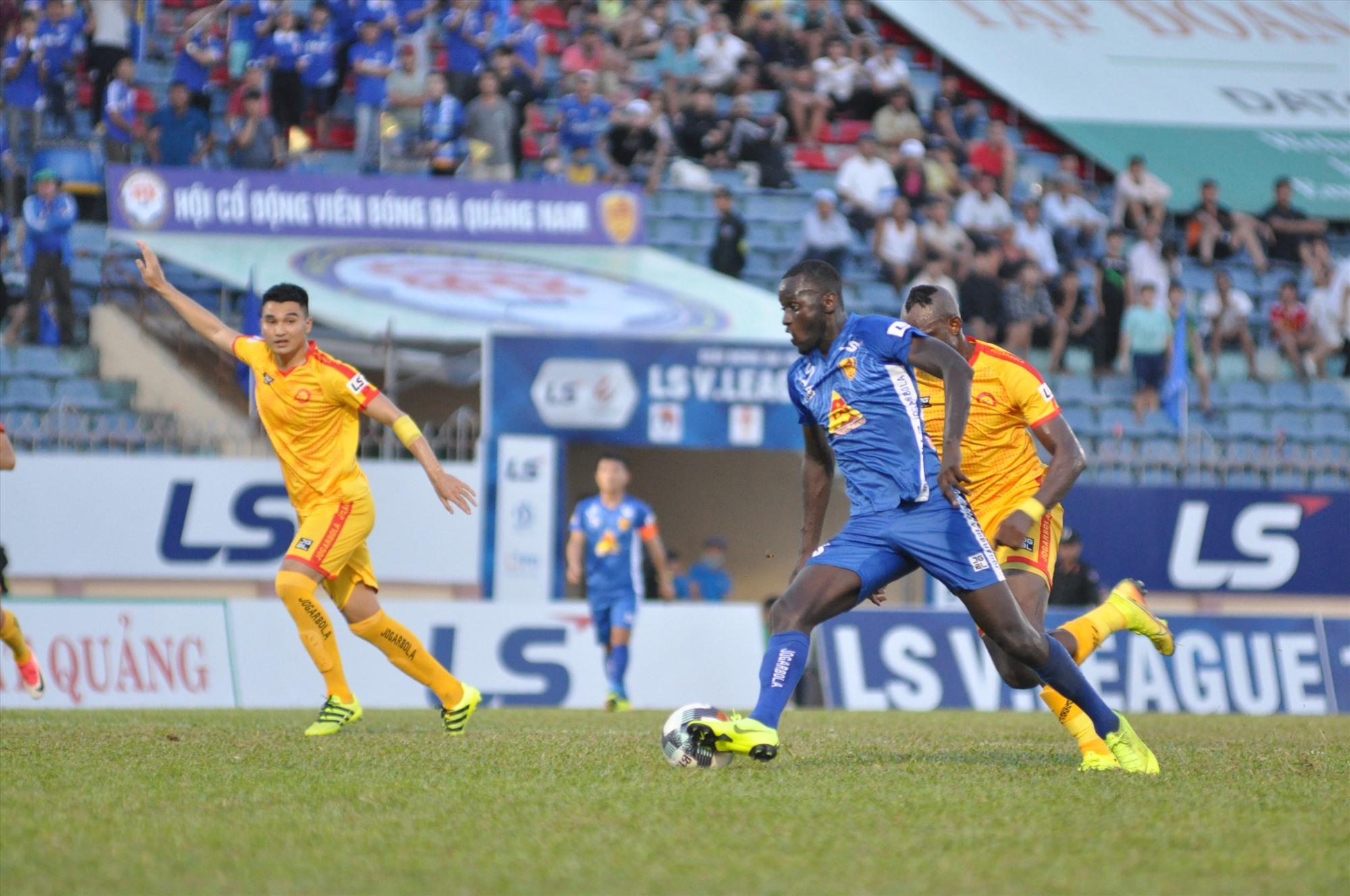 Pha bóng dẫn đến bàn thắng của Ibou Kebe. Ảnh: T.V