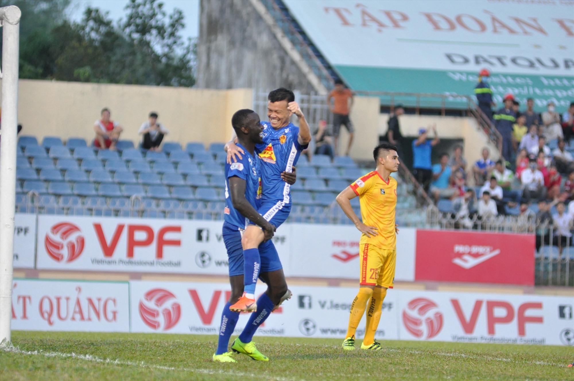 Hai cầu thủ ghi bàn trong chiến thắng Thanh Hóa ăn mừng cùng nhau. Ảnh: T.V
