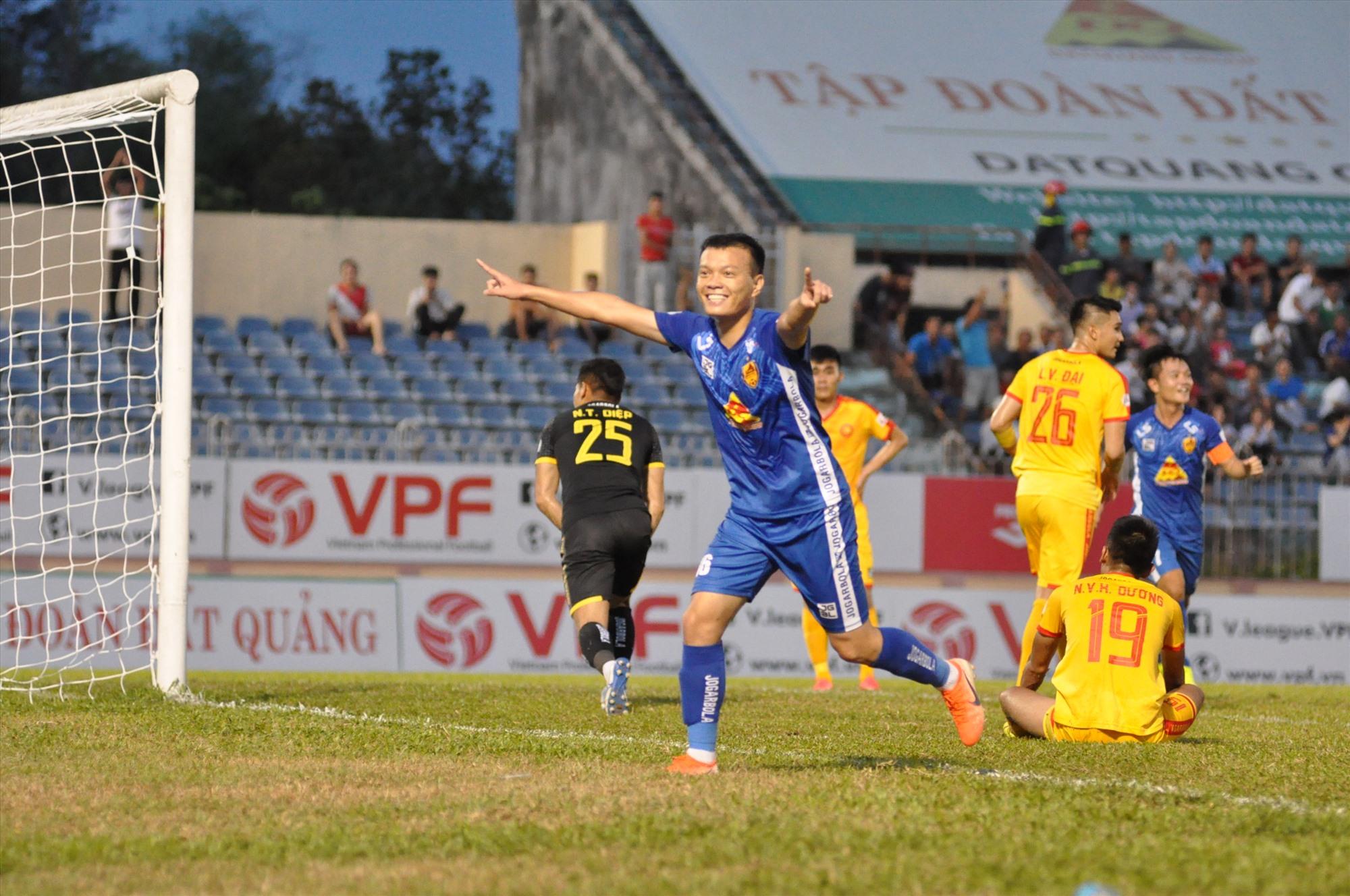 Niềm vui của Như Tuấn sau khi ghi bàn thắng giúp đội nhà vươn lên dẫn 2-0. Ảnh: T.V