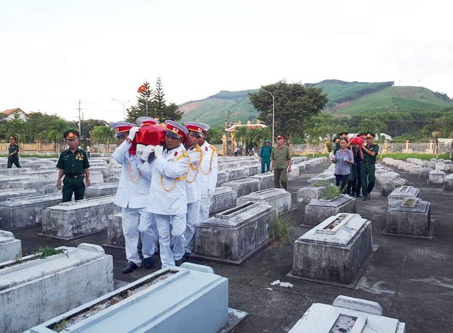 An táng 5 hài cốt liệt sĩ tại Nghĩa trang liệt sĩ xã Bình Lâm. Ảnh: H.H