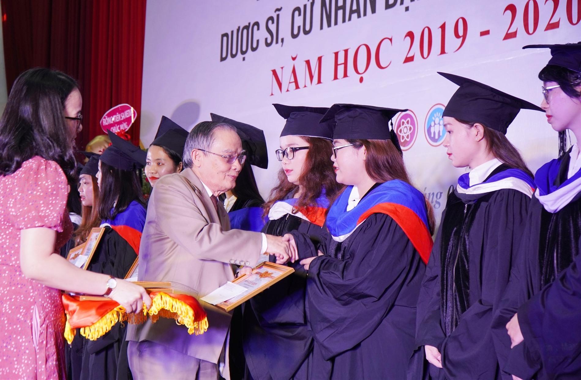 Nhà giáo ưu tú,Anh hùng Lao động Lê Công Cơ -Bí thư Đảng ủy, Chủ tịch Hội đồng DTU trao giấy khen cho cho các thủ khoa tốt nghiệp 2019 -2020.