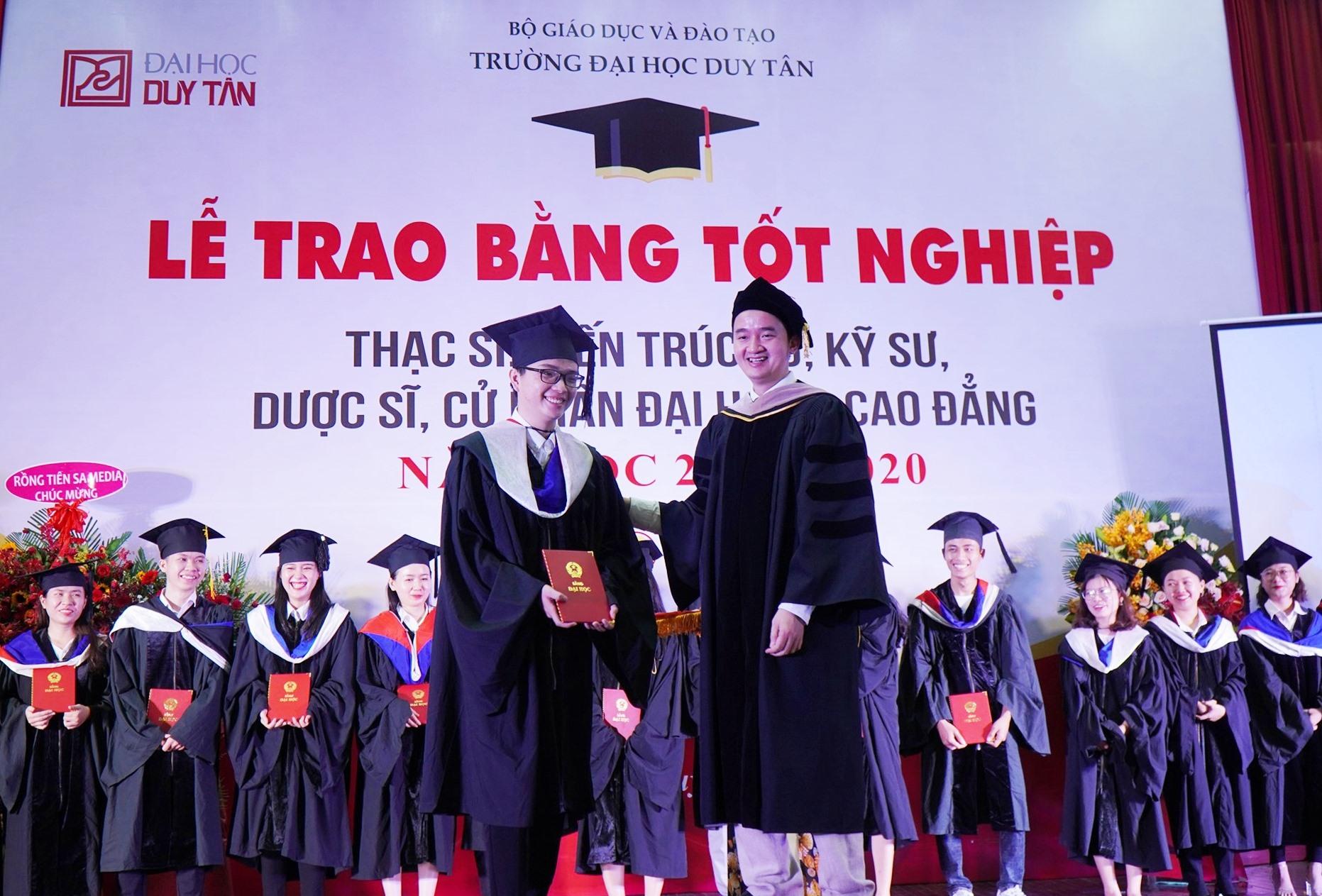 TS.Lê Nguyên Bảo -Hiệu trưởng DTU trao bằng tốt nghiệp cho các tân thạc sĩ, dược sĩ, kiến trúc sư, cử nhân năm học 2019-2020