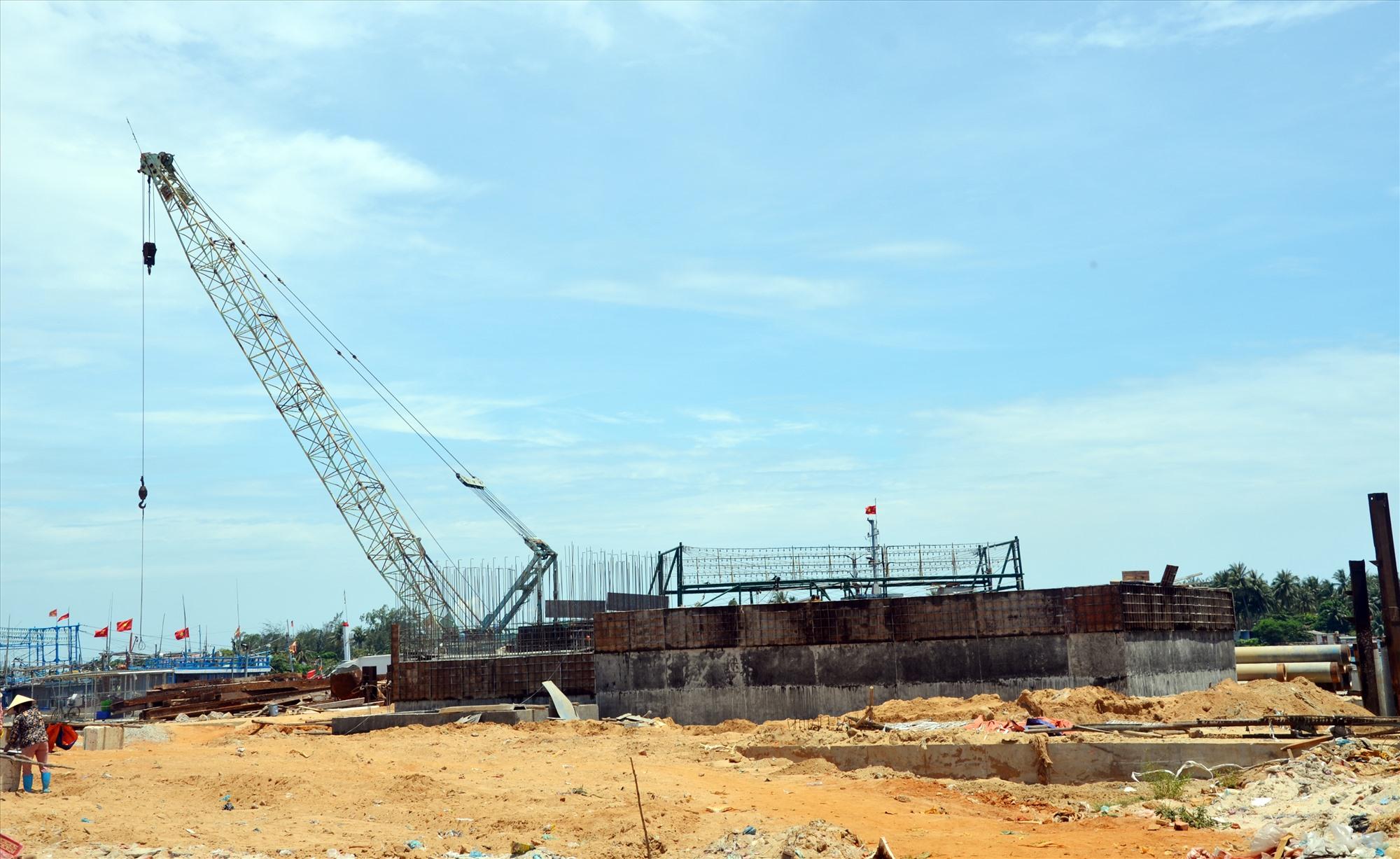 Dự án cảng cá Tam Quang không đảm bảo tiến độ do chậm giải phóng mặt bằng. Ảnh: T.H