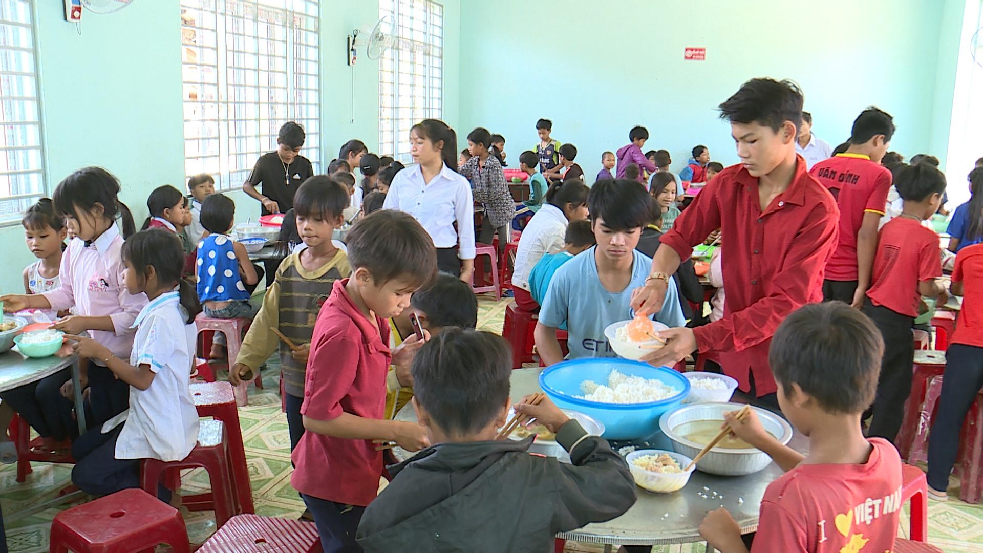 Bữa ăn bán trú của học sinh vùng cao Phước Lộc. Ảnh: T.SỸ