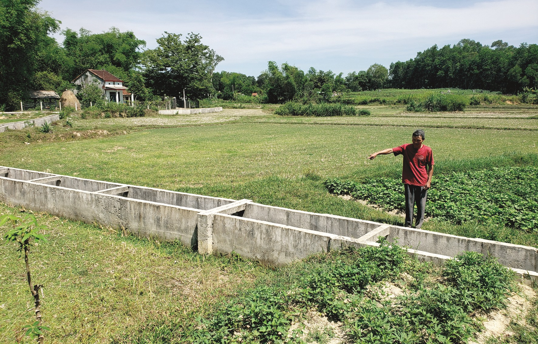 Tuyến kênh thuộc hệ thống trạm bơm Long Sơn chưa hoàn thành. Ảnh: HOÀI AN