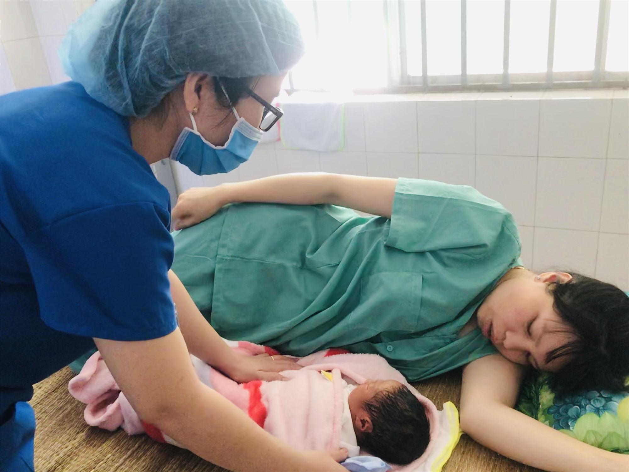 Cán bộ y tế Khoa sản, Bệnh viện Đa khoa tỉnh chăm sóc sản phụ đến từ khu cách ly. Ảnh: C.N