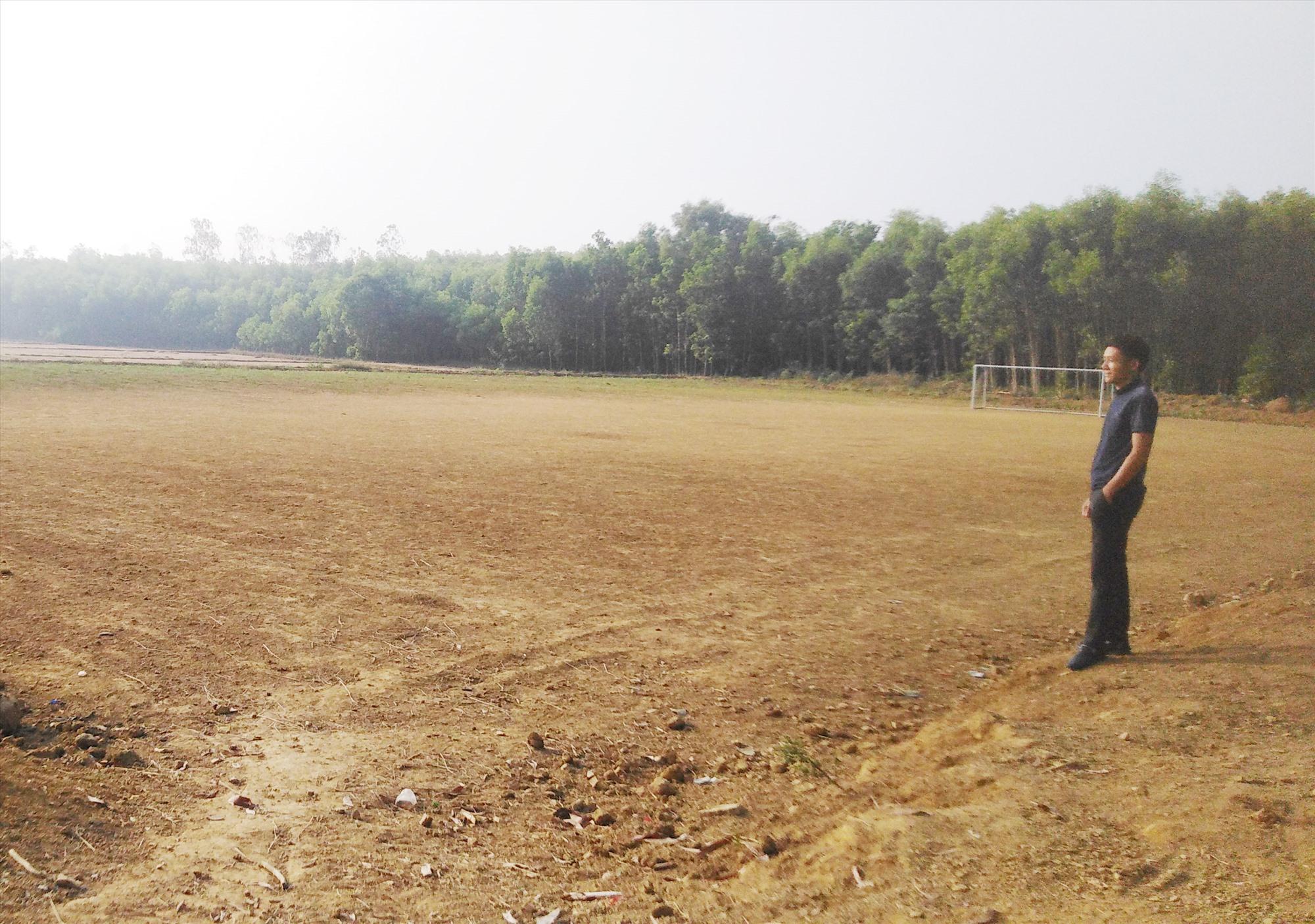 Sân bóng đá tại thôn Long Hội (xã Bình Chánh) được hoàn thành từ sự đóng góp của người dân. Ảnh: T.T