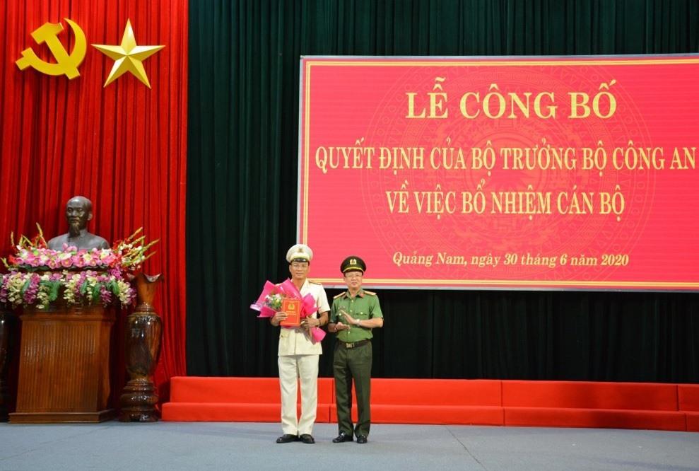 Thừa ủy quyền của Bộ trưởng Bộ Công an, lãnh đạo Cục Tổ chức cán bộ, Bộ Công an trao quyết định bổ nhiệm Thượng tá Hồ Song Ân giữ chức vụ Phó Giám đốc Công an tỉnh.