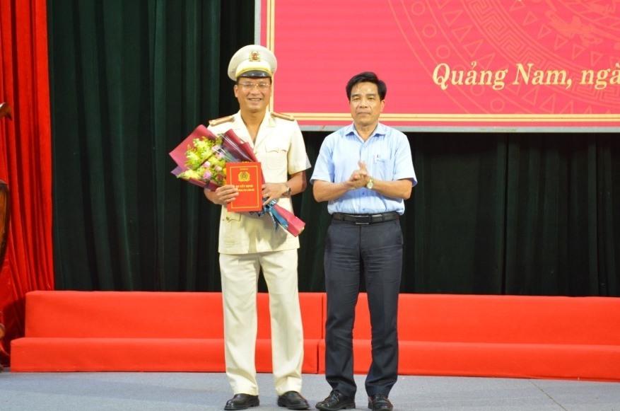Đồng chí Lê Văn Dũng, Phó Bí thư thường trực Tỉnh ủy Quảng Nam tặng hoa chúc mừng Thượng tá Hồ Song Ân