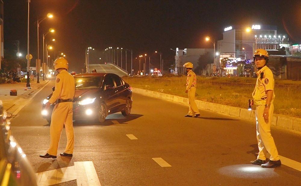 Lực lượng cảnh sát giao thông tăng cường kiểm tra phương tiện tham gia giao thông. Ảnh: P.V