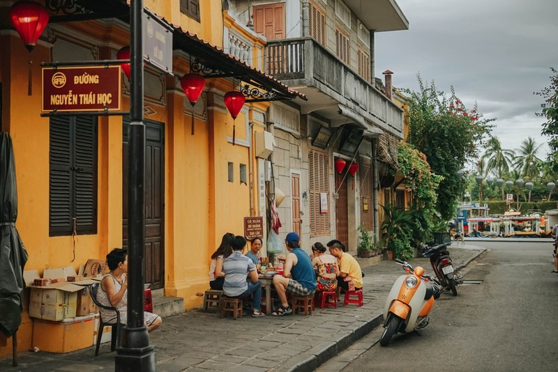 The peaceful feeling and fresh air in the morning in the Hoi An ancient quarter makes vistors relaxed. At this time, visitors can have a bow of Quang noddle for breakfast on the pavement. How wonderful it is. Photo: Zingnews