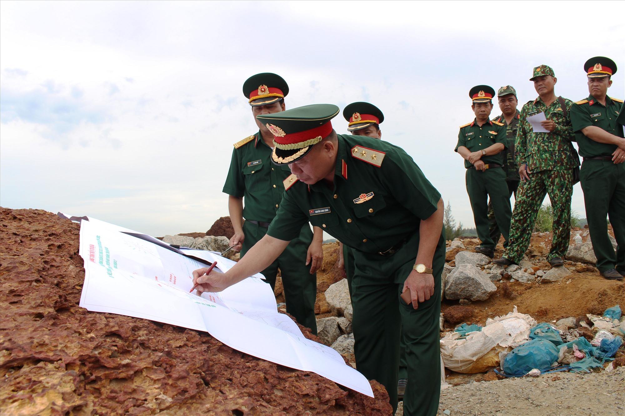 Trung tướng Nguyễn Long Cáng - Tư lệnh Quân khu xác định vị trí kè chắn sóng tại thực địa.