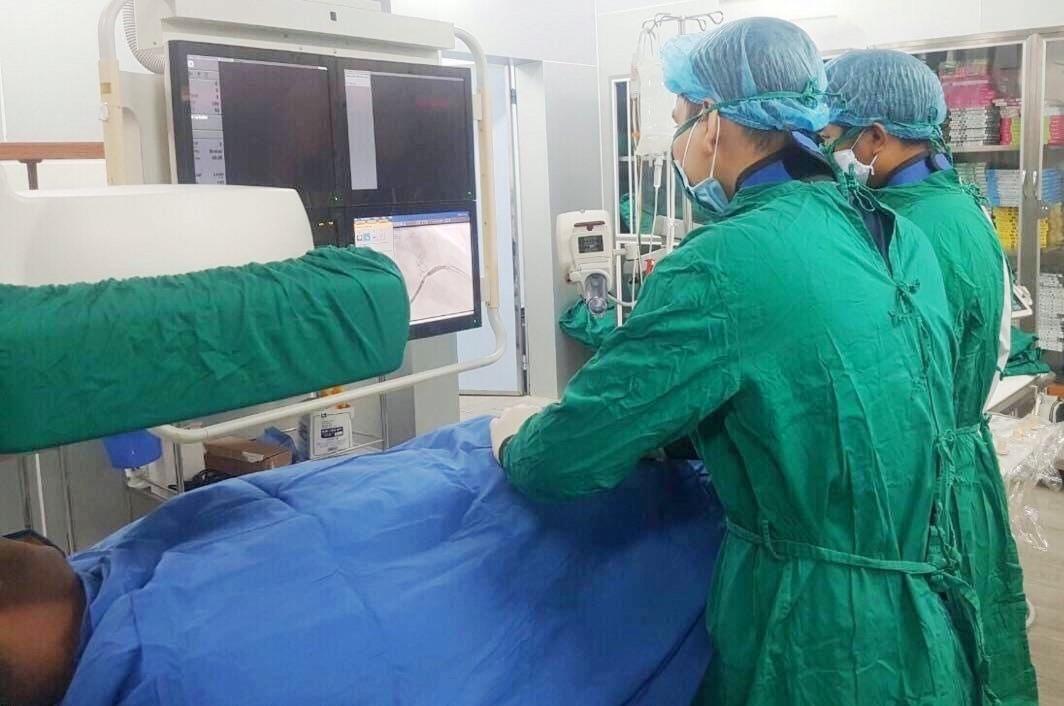 Các bác sỹ can thiệp tái thông mạch máu cho bệnh nhân.