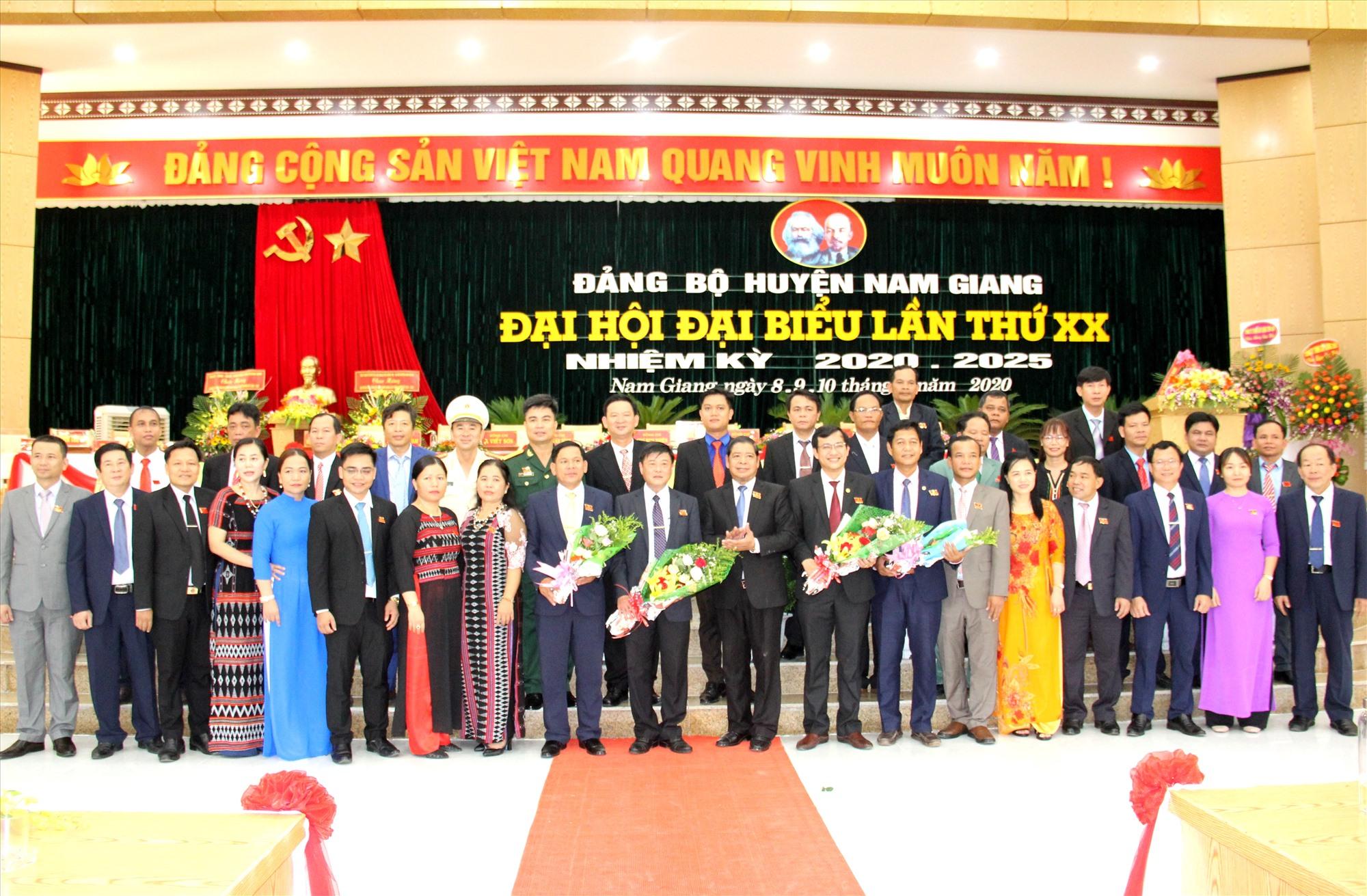 Ban Chấp hành Đảng bộ huyện Nam Giang khóa XX ra mắt đại hội. Ảnh: A.N