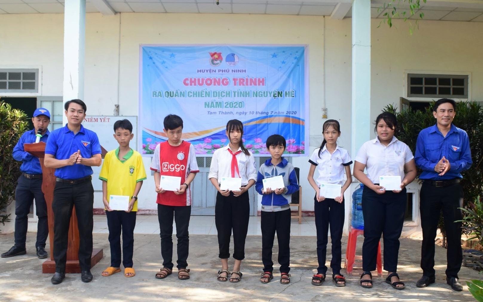 Tặng quà 8 học sinh khó khăn của xã Tam Thành. Ảnh: THÁI CƯỜNG
