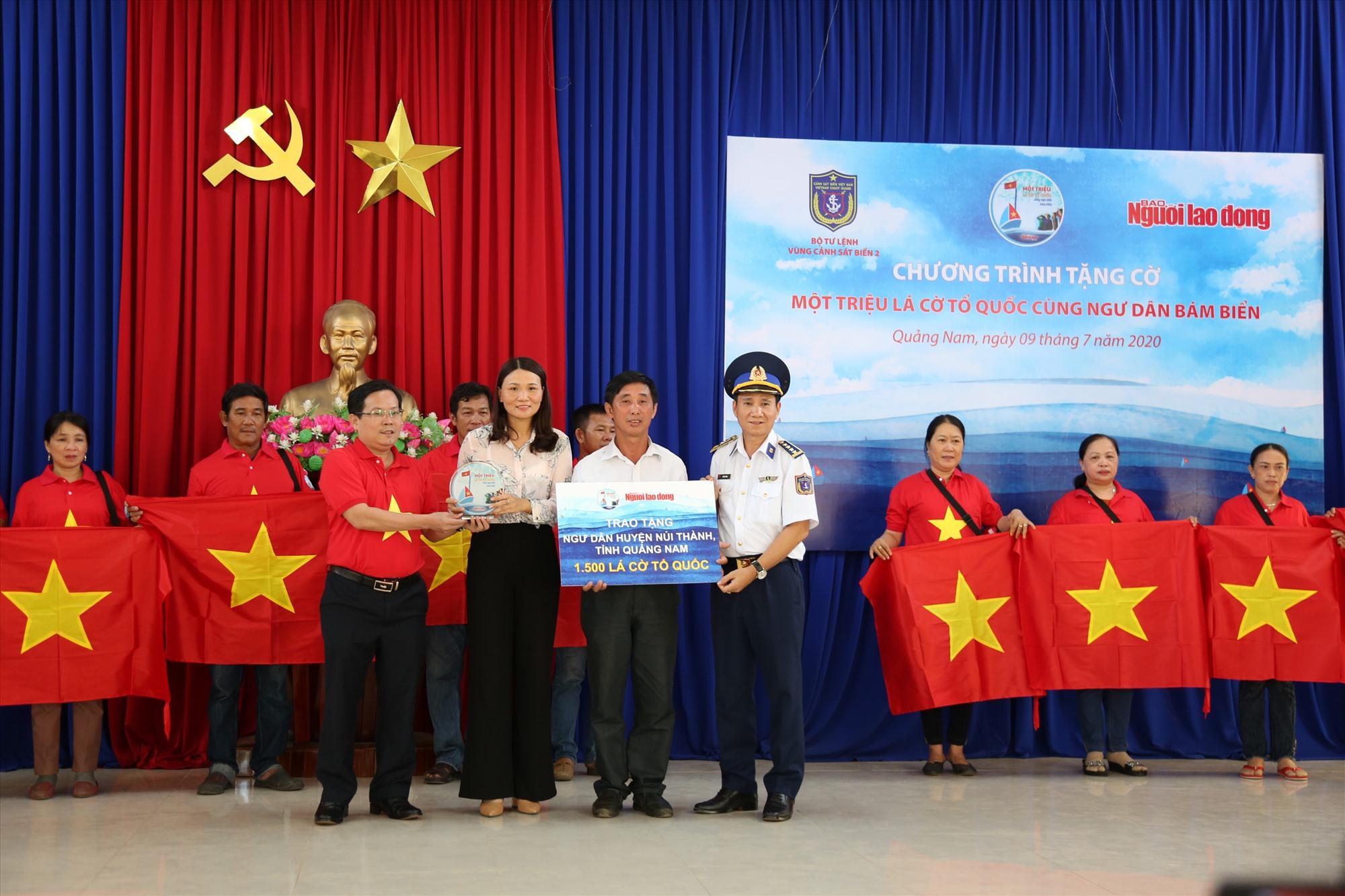 Báo Người Lao Động và Bộ Tư lệnh Vùng Cảnh sát biển 2 trao 1.500 lá cờ Tổ quốc cho ngư dân.