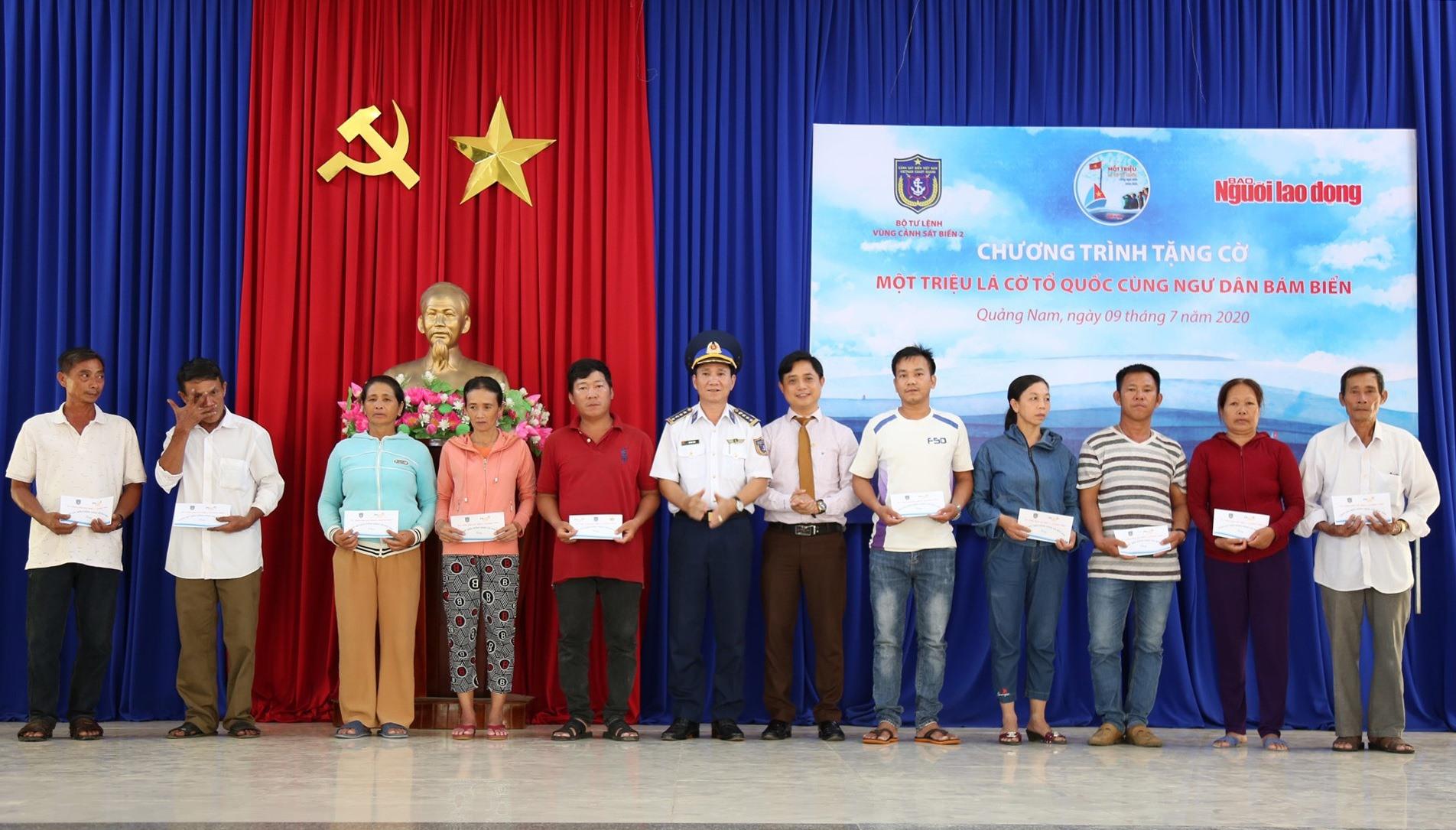 Ngoài cờ Tổ quốc, Báo Người Lao Động còn trao tặng 20 túi sơ cấp cứu cho ngư dân.