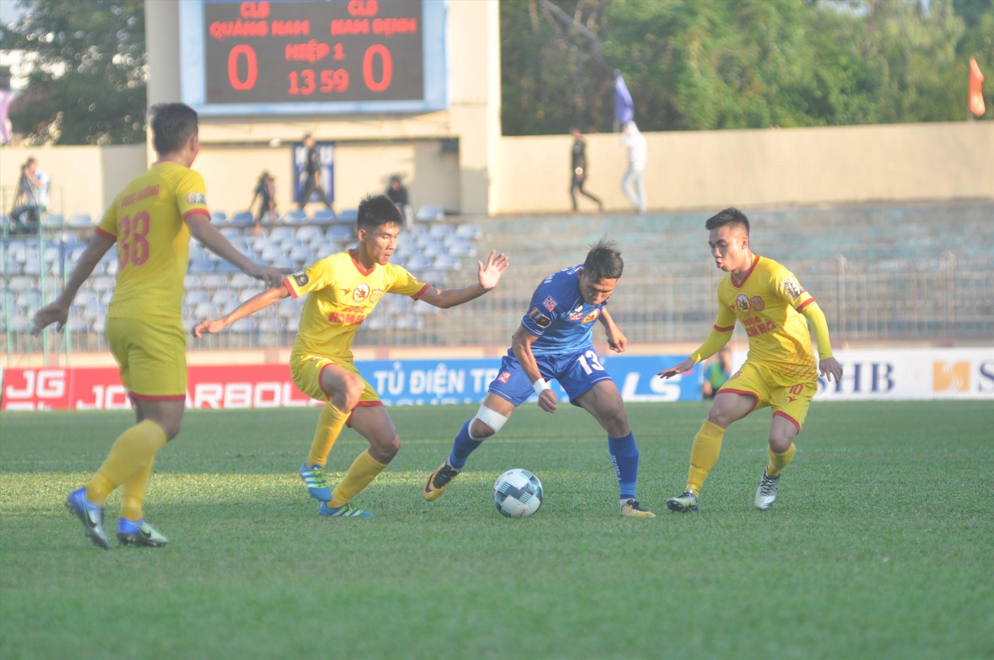 Cuộc đối đầu giữa đội bóng thành Nam và đội bóng xứ Quảng luôn diễn ra hấp dẫn và quyết liệt. Ảnh: A.S