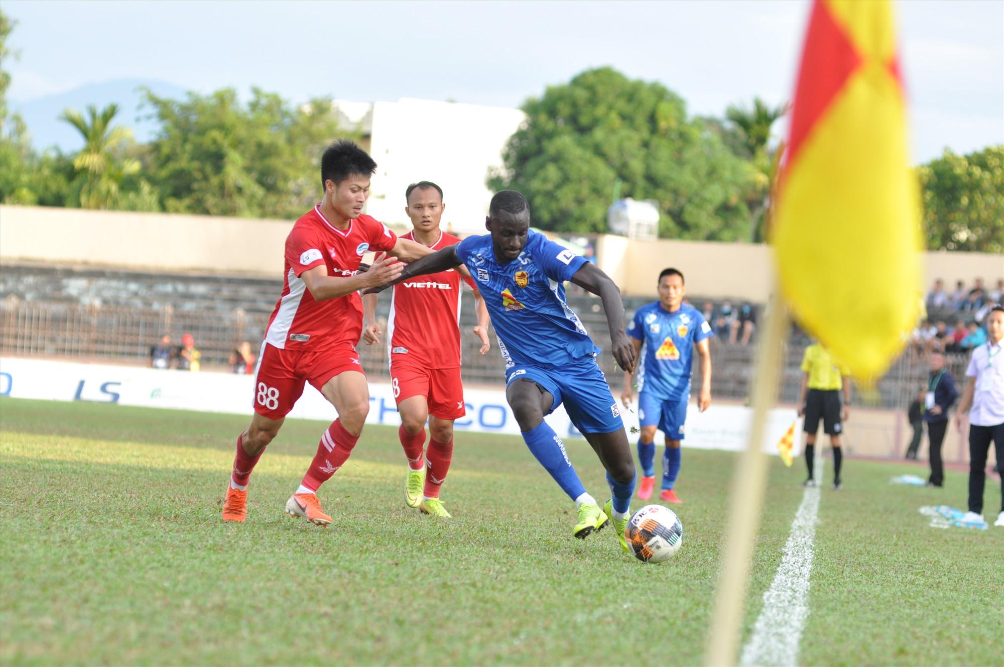 Quảng Nam cần tận dụng khả năng phản công nhanh của Kebe để mang về bàn thắng. Ảnh:  A.S