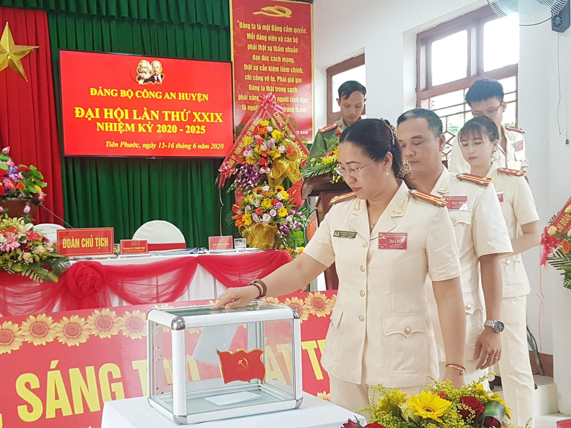 Chất lượng cấp ủy cơ sở nhiệm kỳ 2020 - 2025 ở Tiên Phước được đánh giá đạt so với yêu cầu. TRONG ẢNH: Bầu cử tại Đại hội Đảng bộ Công an huyện Tiên Phước. Ảnh: D.L