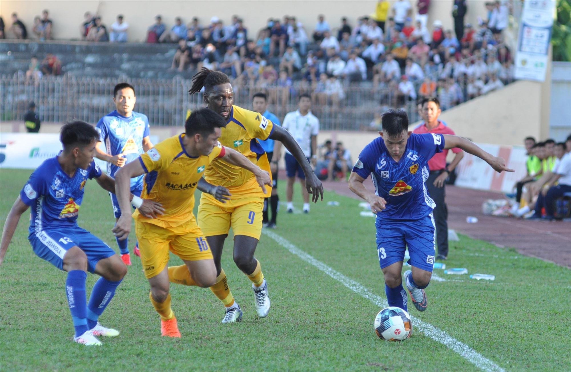 Hồng Sơn (áo xanh) là cầu thủ thi đấu tốt nhất của Quảng Nam với 2 pha dứt điểm suýt thành bàn. Ảnh: A.S