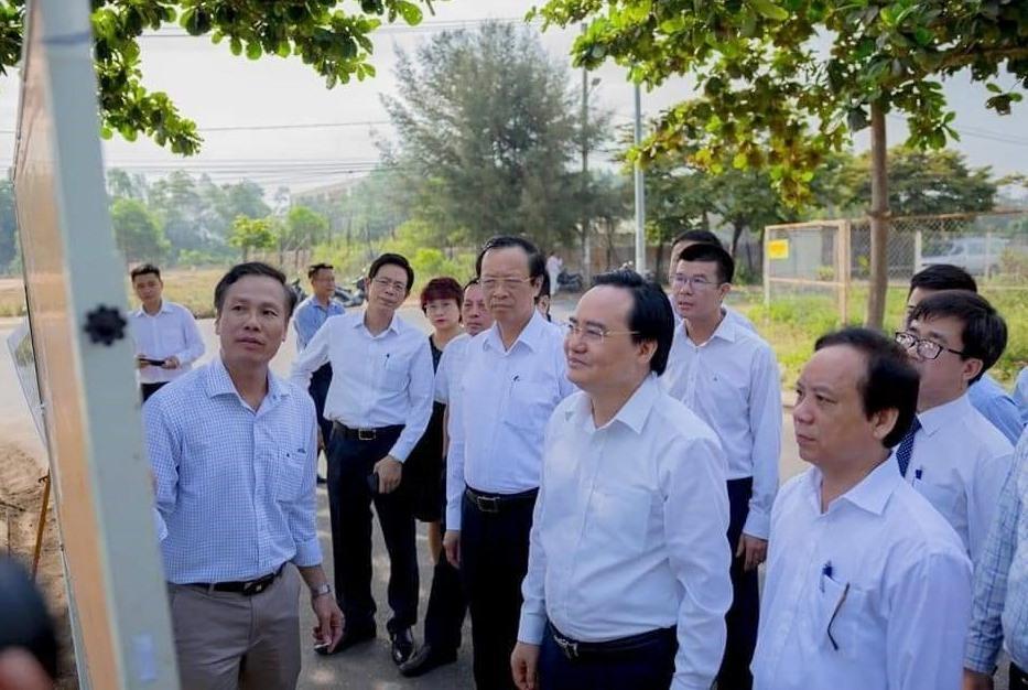 Bộ trưởng Bộ GDDT Phùng Ngọc Nhạ và Lãnh đạo Đại học Đà Nẵng thị sát dự án Làng ĐHĐN. Ảnh NĐ