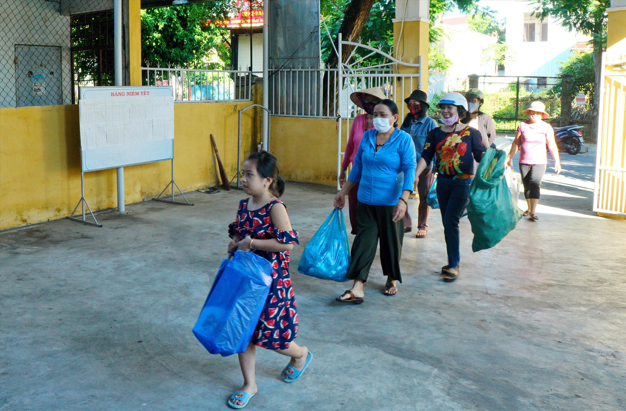 Phụ nữ phường An Xuân mang rác thải nhựa đến điểm tập trung để đổi lấy chai thủy tinh. Ảnh: NGUYỄN ĐIỆN NGỌC