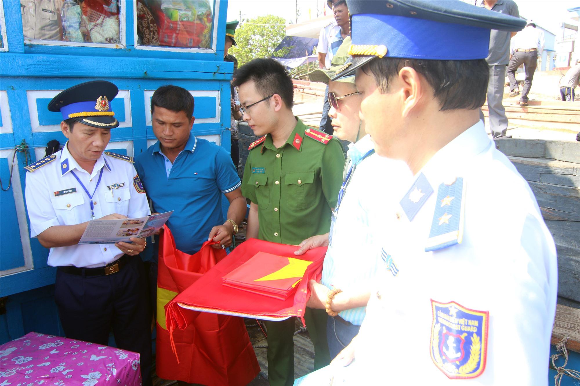 Lực lượng Cảnh sát biển tuyên truyền pháp luật cho ngư dân đánh bắt trên biển. Ảnh: T.C