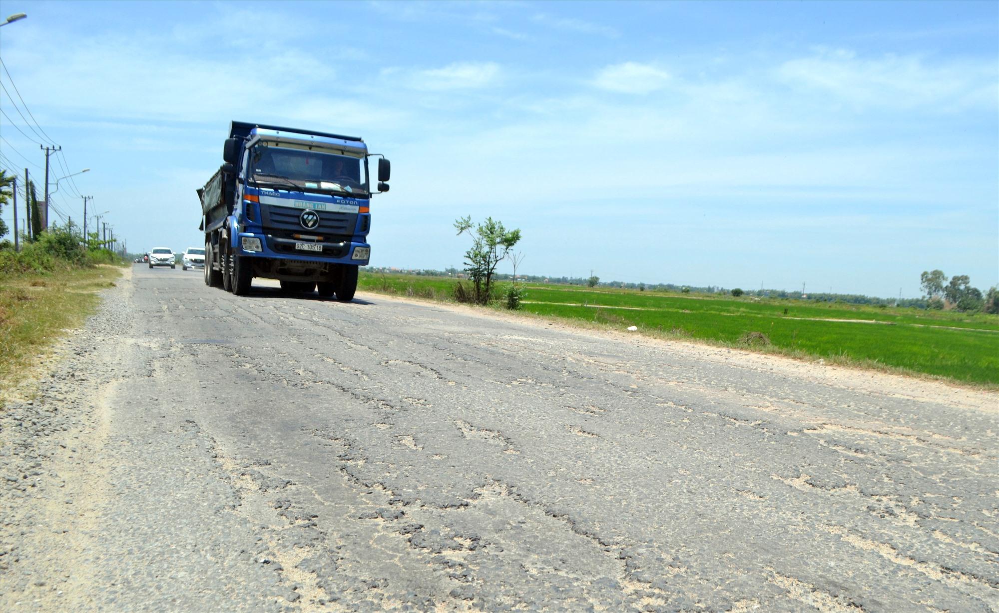 Mặt đường ĐT608 qua Điện Bàn bị hư hỏng gây khó khăn cho phương tiện lưu thông. Ảnh: C.T