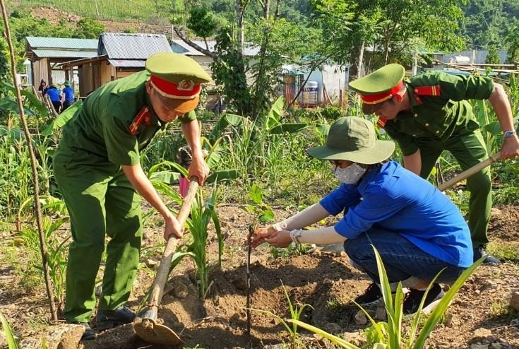 Thanh niên tình nguyện trồng cây ăn quả tặng các hộ gia đình ở Làng Thanh niên lập nghiệp Thạnh Mỹ. Ảnh: T.ĐẠT